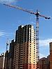 Фото 300 DPI: Кран рядом со строящимся высоким домом