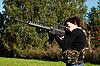 Piękna dziewczyna z pistoletem | Stock Foto