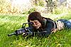Schönes Mädchen mit Gewehr | Stock Foto