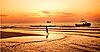 Dziecko na plaży na zachodzie słońca | Stock Foto