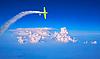 ID 3018200 | Голубое небо с облаками и зеленый самолет | Фото большого размера | CLIPARTO