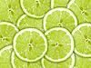 绿色背景的石灰片 | 免版税照片