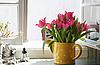 Strauß Tulpen auf der Fensterbank | Stock Foto