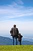 ID 3018728 | Vater und Sohn schauen in die Ferne von Klippe | Foto mit hoher Auflösung | CLIPARTO