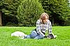 ID 3019339 | 잔디에 어린 소녀 읽기 책 | 높은 해상도 사진 | CLIPARTO