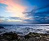 洛基海洋海岸的日落 | 免版税照片