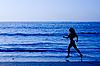 ID 3015426 | Sportliche Frau läuft entlang Strand | Foto mit hoher Auflösung | CLIPARTO