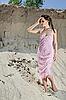 ID 3016847 | Красивая молодая женщина стоит босиком в песчаном карьере | Фото большого размера | CLIPARTO