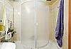 ID 3016931 | Nowoczesny mały prysznic, wanna z niebieskim ręcznik | Foto stockowe wysokiej rozdzielczości | KLIPARTO