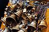 ID 3016981 | Viele Metall-Opfer-Glocken an der Kette, Kathmandu | Foto mit hoher Auflösung | CLIPARTO