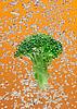 ID 3017019 | Grünbrokkoli fällt in Wasser mit Luftblasen | Foto mit hoher Auflösung | CLIPARTO