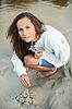 ID 3017246 | Piękna młoda kobieta Bilding zamek z piasku | Foto stockowe wysokiej rozdzielczości | KLIPARTO