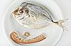 ID 3024470 | 하얀 접시에 빵 껍질과 소금 전갱이과 | 높은 해상도 사진 | CLIPARTO