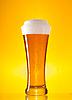 Vollständiges Glas Bier mit Schaum | Stock Foto