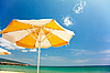 橙色伞美丽的沙滩上 | 免版税照片