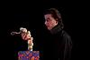ID 3022241 | Erstaunter Vampir hält Geschenkbox mit Knoblauch | Foto mit hoher Auflösung | CLIPARTO