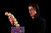 ID 3022242 | Erstaunter Vampir hält Geschenkbox mit Knoblauch | Foto mit hoher Auflösung | CLIPARTO