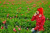 Junge Frau ruft am Telefon an | Stock Photo