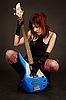 ID 3023400 | Atrakcyjna dziewczyna, patrząc na gitarze basowej | Foto stockowe wysokiej rozdzielczości | KLIPARTO