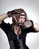 Modische Frau zeigt Rahmen mit Händen | Stock Photo