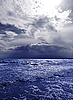 Dunkler stürmischer Himmel über der Wellen | Stock Foto