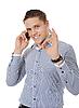 面带微笑的年轻男子在电话交谈 | 免版税照片
