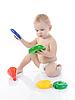 Szczęśliwe dziecko odgrywa zabawki | Stock Foto