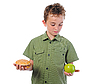 Mały chłopiec z hamburger i jabłko | Stock Foto