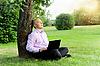 ID 3022054 | Biznesmen z laptopa siedzi w pobliżu drzewa | Foto stockowe wysokiej rozdzielczości | KLIPARTO