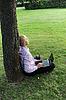 ID 3022056 | Geschäftsmann mit Laptop neben eines Baumes | Foto mit hoher Auflösung | CLIPARTO