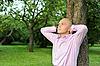 Człowieka w pobliżu drzewa w parku | Stock Foto