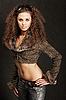 긴 곱슬 머리를 가진 아름 다운 섹시 한 여자 | Stock Foto