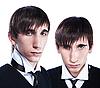 Junge Zwillinge mit modischer Frisur | Stock Photo