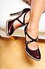 ID 3023133 | Kobieta `s nogi w czerwonej skóry wysoki obcas buta | Foto stockowe wysokiej rozdzielczości | KLIPARTO