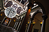 建筑细节,吊灯和当代佛 | 免版税照片