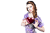 어두운 붉은 마음을 들고 아름 다운 로맨틱 여자 | Stock Foto
