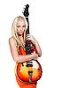 十几岁的女孩拿着低音吉他 | 免版税照片