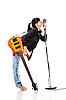 Rock-n-roll dziewczyna z gitarą całuje mikrofonu retro | Stock Foto