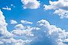 Białe puszyste chmury na niebieskim niebie | Stock Foto