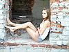 Mädchen im Fenster eines verlassenen Hauses | Stock Foto