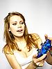 ID 3048948 | Attraktive braunhaarige Frau spielt Videospiel | Foto mit hoher Auflösung | CLIPARTO