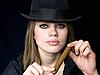 Attraktive Dame im Hut mit Zigarre | Stock Foto