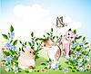 glückliche kleine Kätzchen und Schmetterling spielen auf der Wiese
