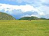 ID 3045402 | Pferde grasen auf einer Wiese vor den Bergen | Foto mit hoher Auflösung | CLIPARTO
