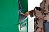 ID 3050637 | Девушка использует банковский терминал | Фото большого размера | CLIPARTO