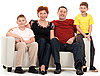 Семья из четырех на диване | Фото