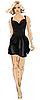 Frau im kurzen schwarzen Kleid