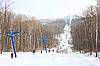 Skifahrer gehen entlang den Lift zum Berg | Stock Foto