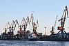 Фото 300 DPI: корабль и краны в морском порту