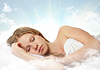 Joven y bella mujer durmiendo en una nube en el cielo | Foto de stock
